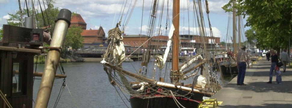 Der Museumshafen von Lübeck mit alten, angedockten Schiffen