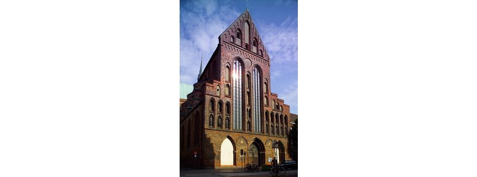 Die Kirchenfassade am späten Nachmittag